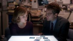 Fox Mulder shows Dana Scully fingerprints