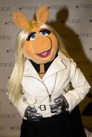 MissPiggy-Macy&#39;sGlamorama2009