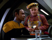 Tuvok testet die Plomeek-Suppe von Neelix