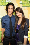 Kids-Choice-Awards-2009-avan-and-victoria-12213121-405-600