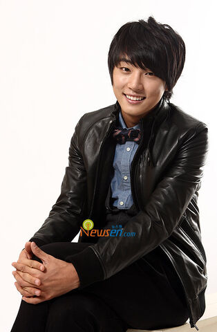 http://images1.wikia.nocookie.net/__cb20111015010248/drama/es/images/thumb/6/67/Yoon_Shi_Yoon4.jpg/314px-Yoon_Shi_Yoon4.jpg