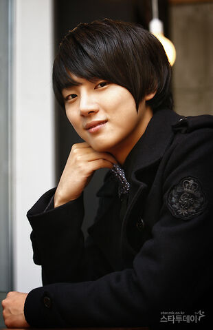 http://images1.wikia.nocookie.net/__cb20111015010404/drama/es/images/thumb/6/61/Yoon_Shi_Yoon9.jpg/310px-Yoon_Shi_Yoon9.jpg