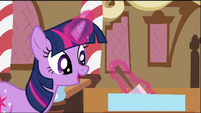 Twilight Sparkle adjusting frosting S2E03