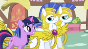 Twilight thanking royal guards S1E01