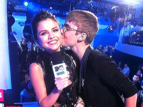 Justin-bieber-kissing-selena-gomez-after-interview