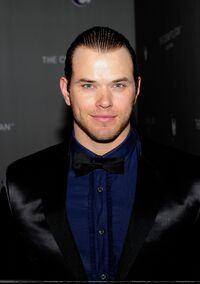 002-kellan-lutz-02