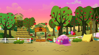 Pinkie Pie&#39;s tent at the front S2E15