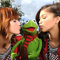 DisneyParksChristmasDayParade-Kiss-BellaThorne&amp;Kermit&amp;Zendaya-(2011)