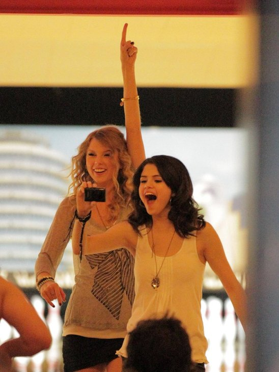 http://images1.wikia.nocookie.net/__cb20120414181161/taylor-swift/images/3/33/Taylor_swift_selena_gomez_double_dating.jpg
