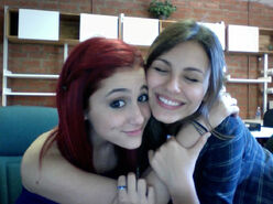 BFF-3-ariana-grande-and-victoria-justice-23307303-922-689
