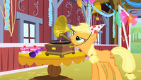 Applejack starts the music S1E25