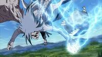 Sasuke usa el Chidori para escapar