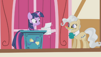 Twilight not happy to see the mayor S01E04