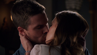 Oliver and Laurel kiss