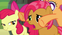 Scootaloo about to close Babs' eyes S3E04
