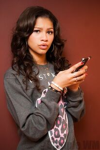 39443 Preppie Zendaya Coleman posing with her new cell phone at a house in LA 6 122 183lo