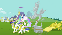 Royal guards pull Discord&#39;s statue S03E10