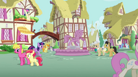 Ponies walking through Ponyille S3E13