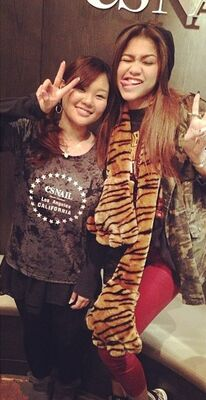 Zendaya-coleman-with-fan-leopardscarf