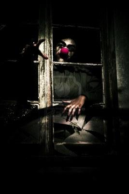 13177548-tema-spooky-espantoso-de-un-payaso-scary-con-nariz-roja-reaching-out-y-aranando-por-la-ventana-en-un